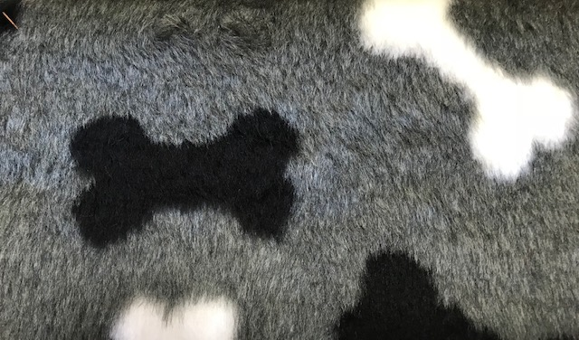 Webpelz Stoff als Meterware Grauer Budget Pelzimitat mit Hundeknochen für Hundekissen – R2/60/3 /8mm /LP YF 1150/1 Bones